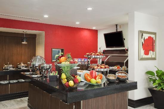"Hilton Garden Inn Tuxtla Gutierrez: Desayuno Buffet en ""El Jardín"" / Breakfast Buffet at ""El Jardín"""