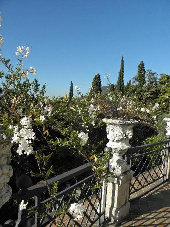 Hotel Villa del Sogno: Trees and flowers everywhere