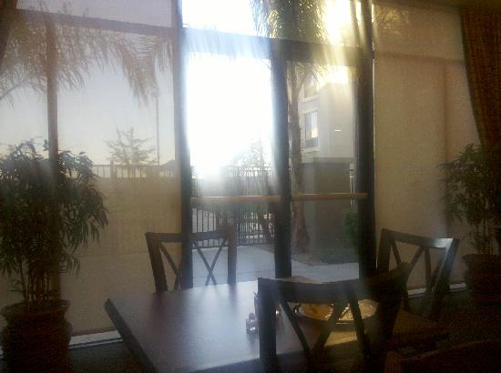 Homewood Suites Phoenix-Avondale: Looking out at Poolside from dining area