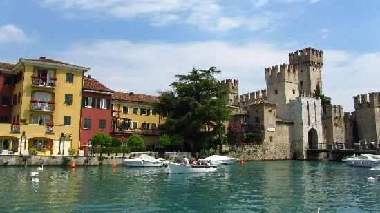 Hotel Speranza: Entrance to Sirmione old town