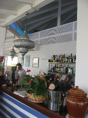 Bahia Beach: detalles del la barra, lámpara morisca.