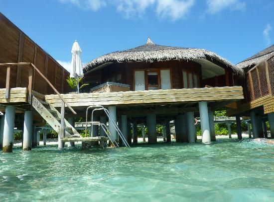 Kuramathi Island Resort: La villa desde el agua