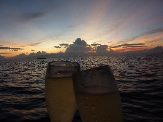 Kuramathi Island Resort: Crucero viendo el atardecer