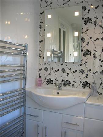 Elmswood House: En-suite Bathroom