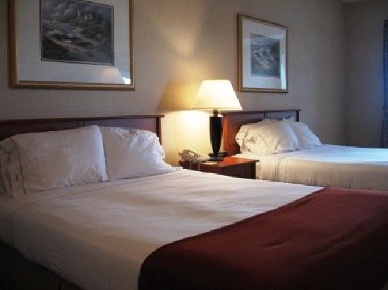 MorningGlory Hotel, Resort & Suites: I opted for a room with 2 Queen beds (1 for me & 1 for my bags!)