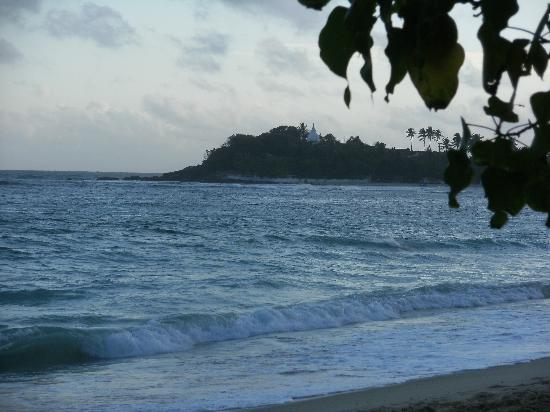 Unawatuna Beach Bungalow Hotel: the beach at Unawatuna loking towards the buddhistTemple