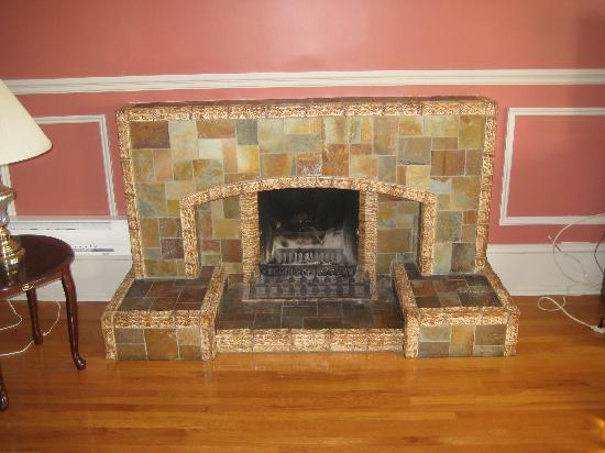 Compton House Bed & Breakfast: The fireplace