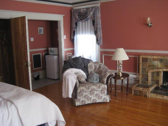 Compton House Bed & Breakfast: The Room - much bigger than picture suggests