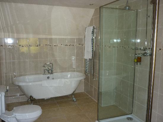 The Old White Hart: Big bathroom
