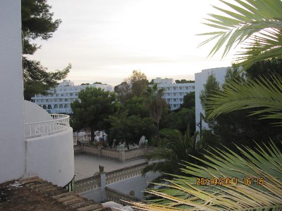 Hostal Oasis D'Or: View from room towards beach area/hotels