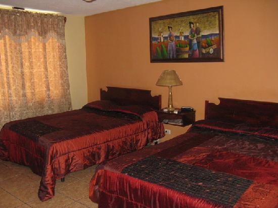 Hotel Los Jicaros: Double Rooms, 2 queen beds, cable, wi-fi, hot water, A/C