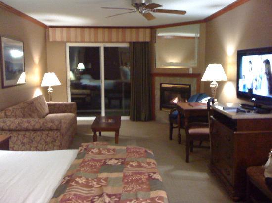 Elizabeth Oceanfront Suites: King room lots of space