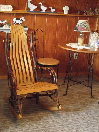 Bee Hive Bed and Breakfast: Interior sitting area of cottage showing handmade chair.