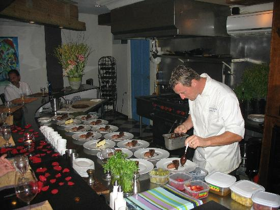 Carte Blanche Restaurant: Great Chef and Host.