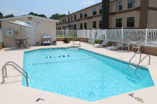 Travelodge Perry GA: Swimming Pool with Sun Deck