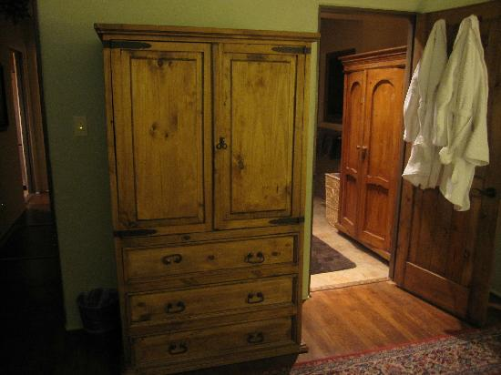AdobeStar Inn: Normal storage armoire