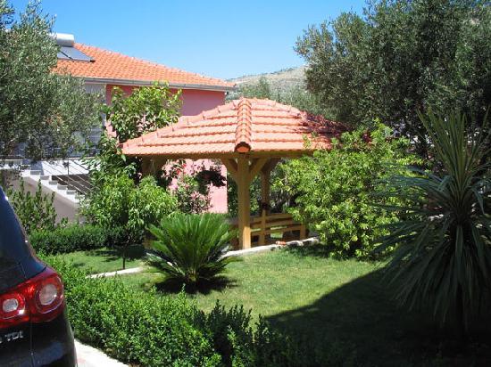 Villa Vrbat: Courtyard with BBQ