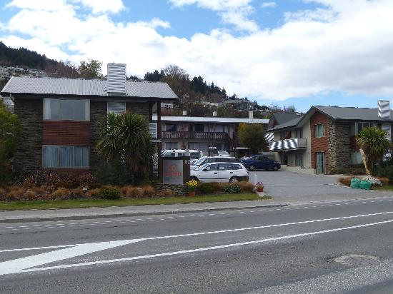 ‪كوينزتاون موتل أبارتمنتس: Queenstown Motel Apartments....street view‬