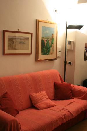 Rome Quiet Home: la porte d'entrée au fond + canapé lit