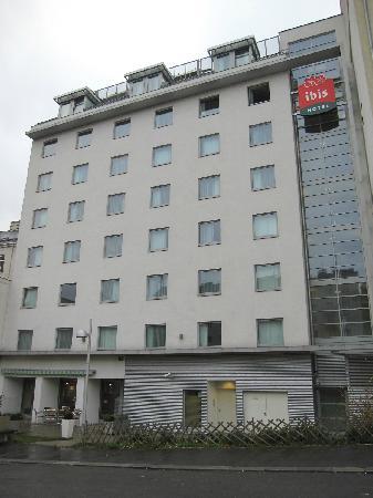 Ibis Wien City: Hotel fachada al rio