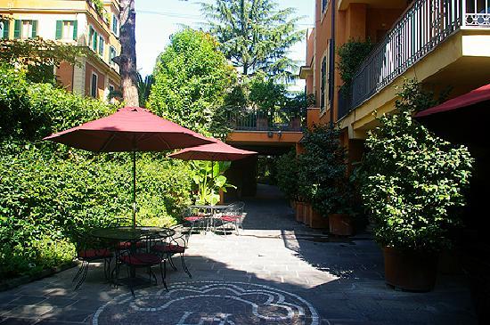 Hotel Villa San Pio: S Pio entrance court