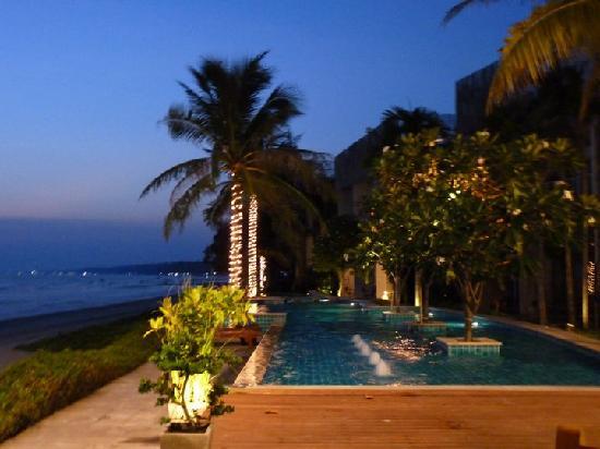 Bari Lamai Resort: pool at night
