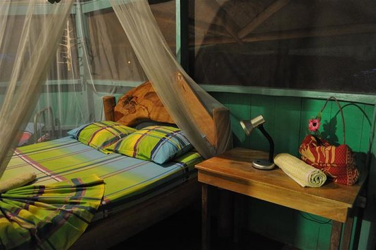Posada Andrea Cristina: Wooden bed in tree house