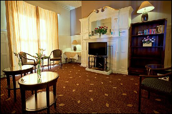 the queens hotel updated 2017 reviews price comparison. Black Bedroom Furniture Sets. Home Design Ideas