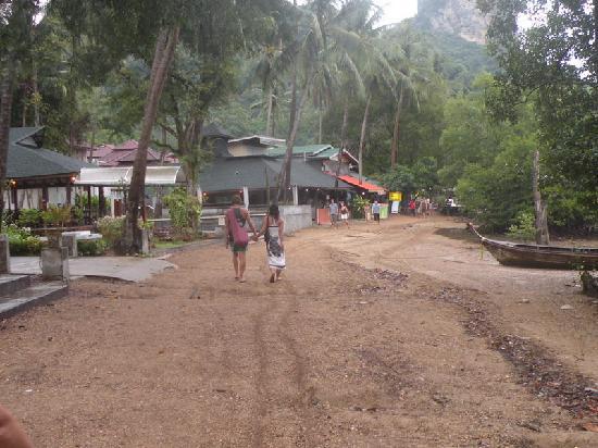 Sunrise Tropical Resort: le strade a Railay