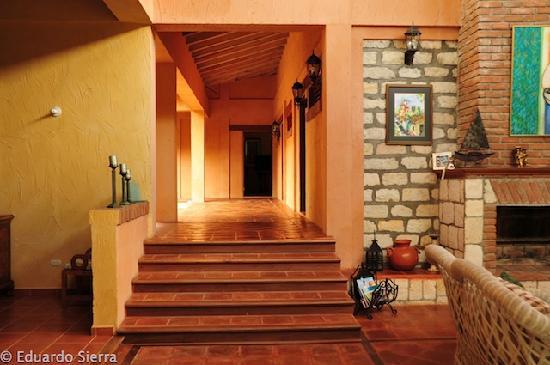 La Villa de Soledad B&B: Interior hallways