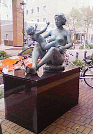 A Monument of Ice Cream: 太陽の母子像