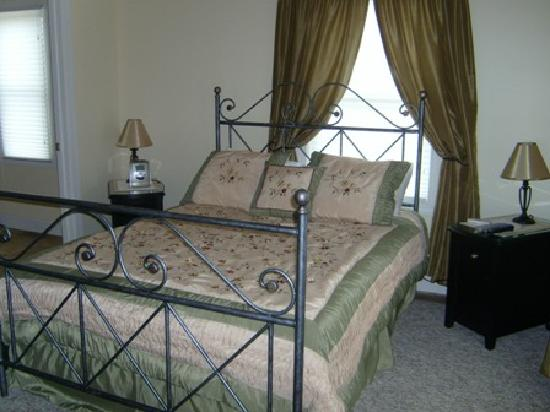 New Vines Bed & Breakfast: March Room