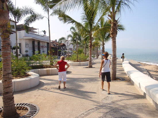 Hotel Riu Vallarta: walking on the Malecon