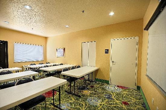 كلاريون سويتس نير ذا وودلاندز: Meeting Room