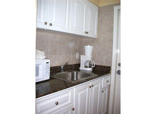 High Noon Beach Resort: Kitchen in room #1