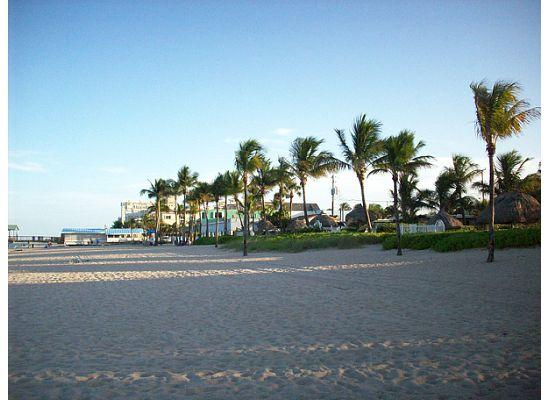 High Noon Beach Resort: Looking South down beach - Lauderdale by the Sea
