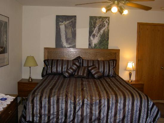 Yosemite Nights Bed & Breakfast: Falls Room