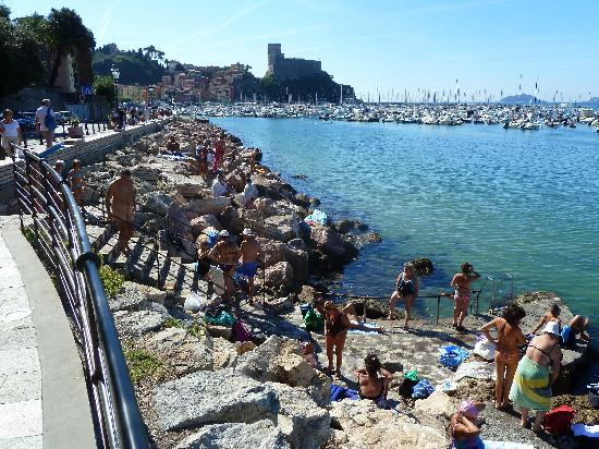 Hotel Shelley Delle Palme: Sunbathers on the rocks