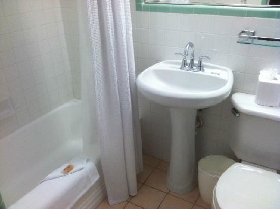 Avalon Hotel: clean bathroom... only saving grace