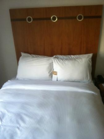 Avalon Hotel: bed