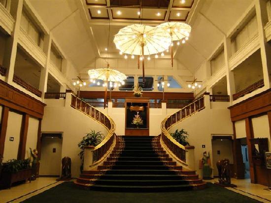 Wiang Indra Riverside Resort: ...Aufgang zu den Zimmern ....