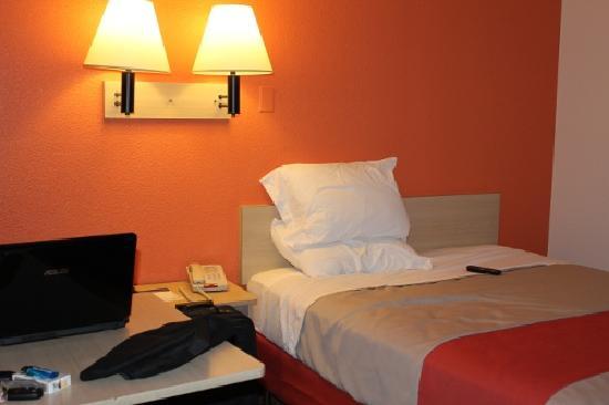 موتل 6 كويور دي أليني: Bed
