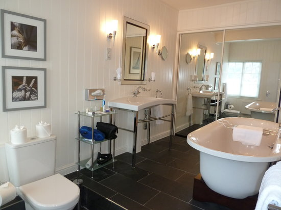 The Cary Arms: Bathroom