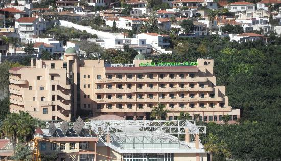 Hotel Victoria Playa: View of hotel from the castle