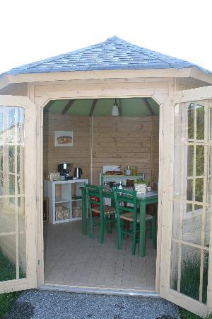 Chambres Marguerite : petit déjeuner dans le pavillon