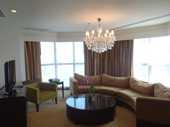 lebua at State Tower: Living area of our corner suite