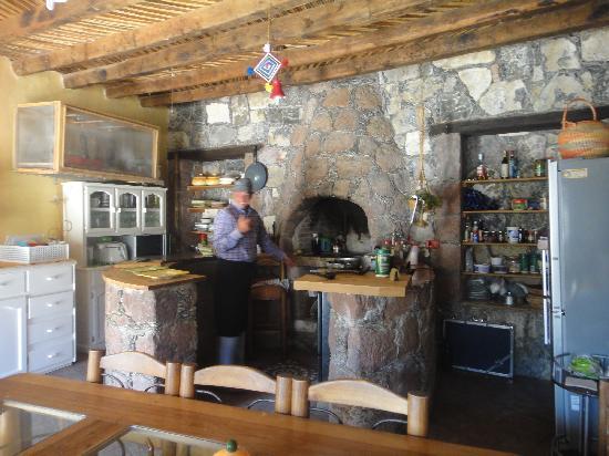 Refugio Romano: Lucho cocinando