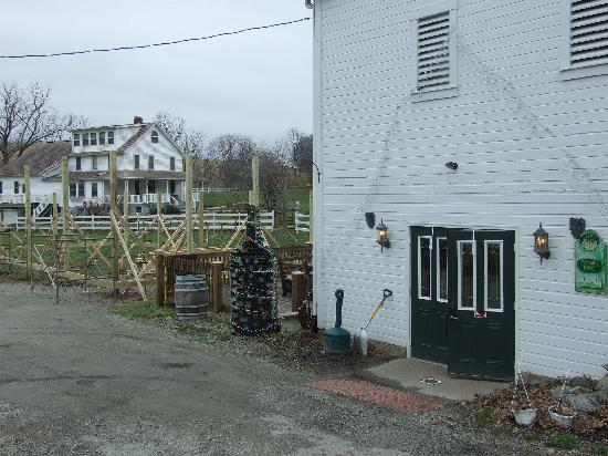 Christian W. Klay Winery: Store is on the side in the basement