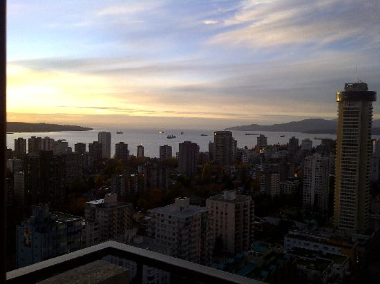 Blue Horizon Hotel: View to English Bay from 2907