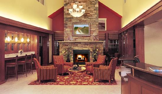 Residence Inn Newport Middletown: Lobby with cozy fireplace